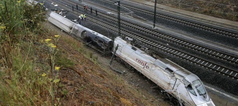 Foto: Imagen del tren descarrilado cerca de Santiago (EFE)