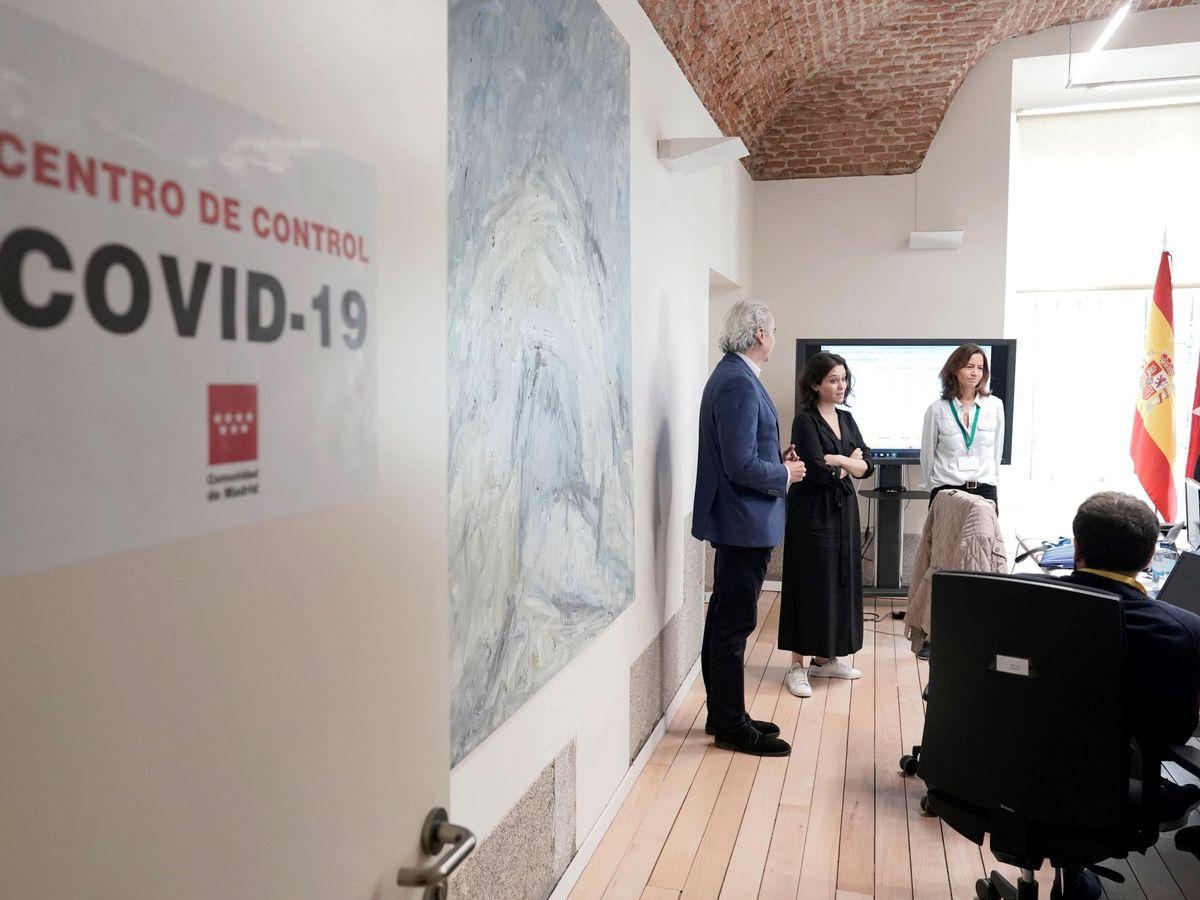 Foto: La presidenta de la CAM, Isabel Díaz Ayuso (c), visitando el nuevo Centro de Control permanente del coronavirus de la Comunidad de Madrid. (EFE)