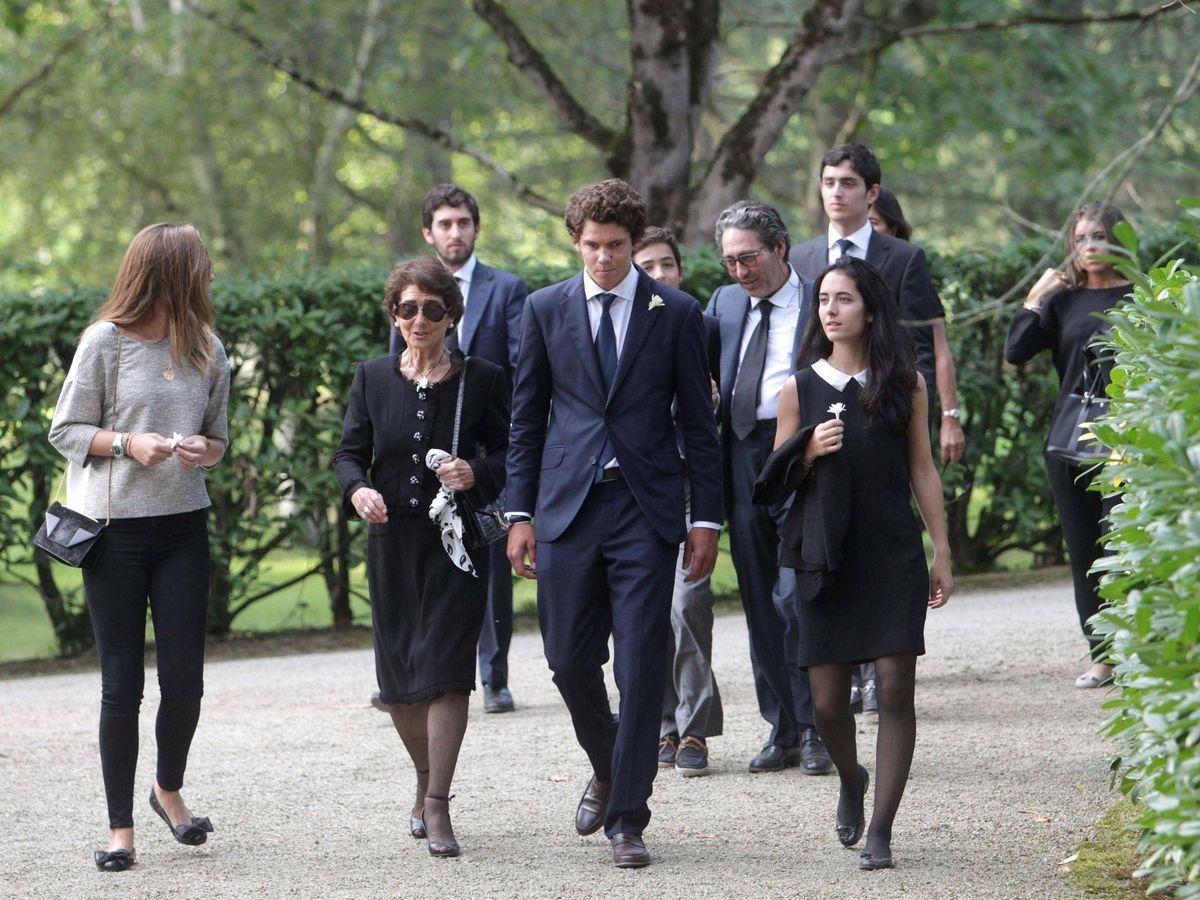 Foto: Paloma O'Shea, rodeada de sus nietos en el funeral de Emilio Botín. (EFE)
