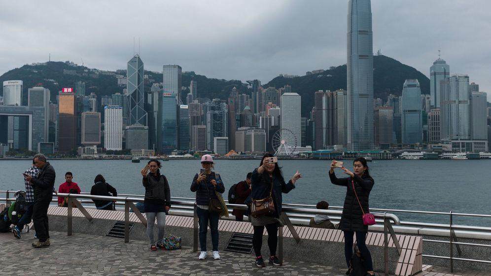 Foto: Turistas fotografiándose en el puerto de Victoria Harbour en Hong Kong. (EFE)