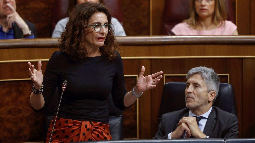 Foto: La ministra de hacienda María Jesús Montero, en la sesión de control en el Congreso de los Diputados. (EFE)