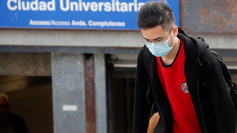 Un joven con mascarilla en Ciudad Universitaria, en Madrid. (EFE)