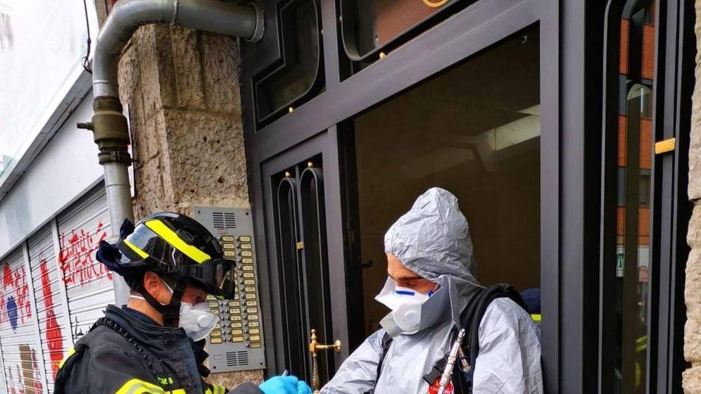 Foto: Bomberos se preparan para acceder a una vivienda.