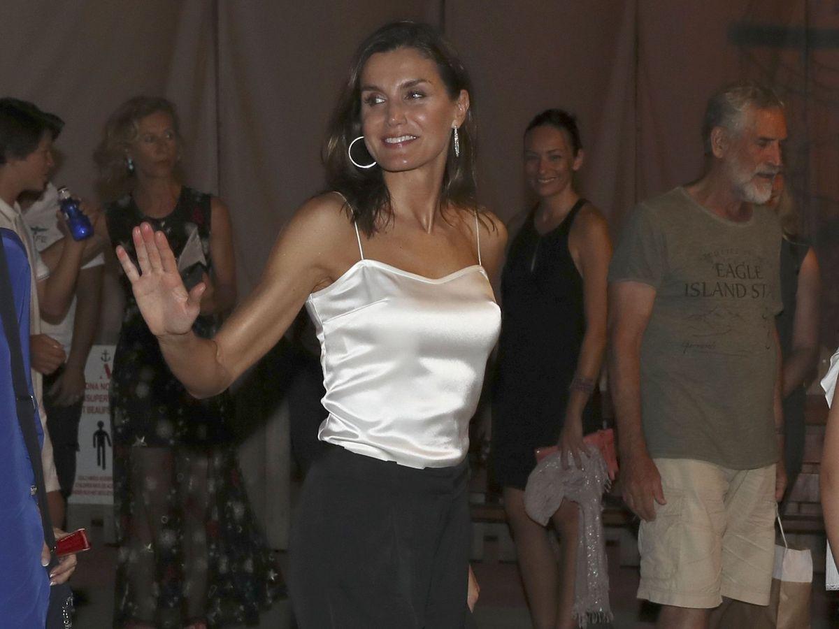Foto: La reina Letizia, a su salida del concierto del violinista Ara Malikian en Port Adriano, en Palma de Mallorca. (EFE)