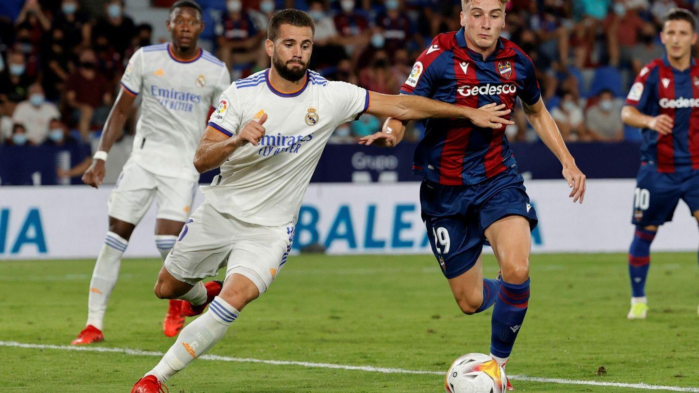 Nacho en una acción defensiva durante el partido entre el Levante y el Real Madrid. (Efe)