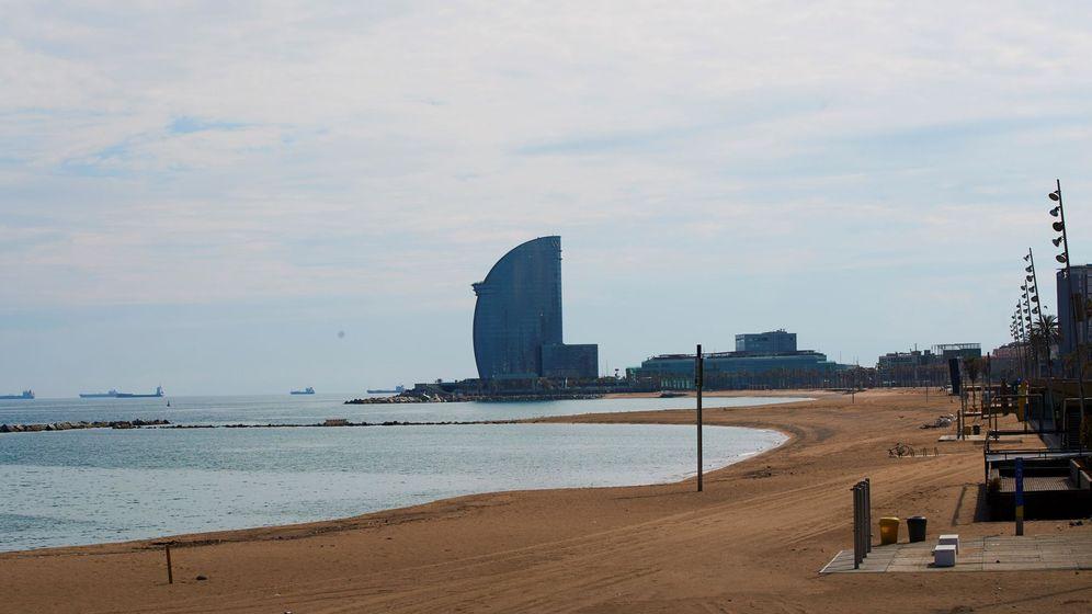 Foto: La playa de la Barceloneta, vacía por el coronavirus. (Efe)