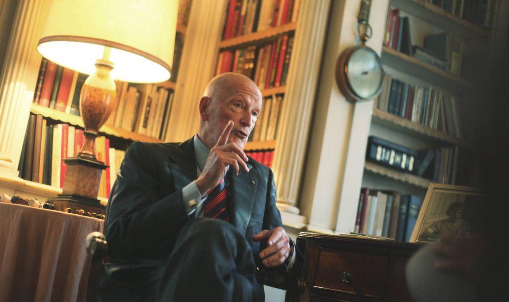 Foto: Simeón de Bulgaria en uno de los salones de su palacete en Madrid. (Enrique Villarino)
