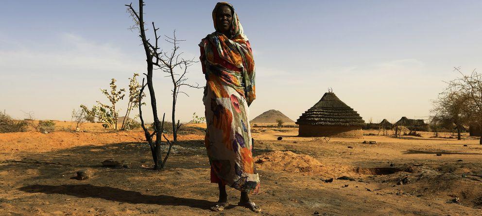 Foto: Una mujer ante su casa destrozada durante los combates en Mellit, al norte de Darfur, Sudán occidental. (Reuters)