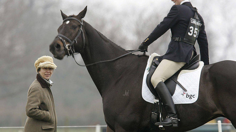 La princesa Ana y su hija Zara durante una de las competiciones ecuestres en Gatcombe Park. (Getty)