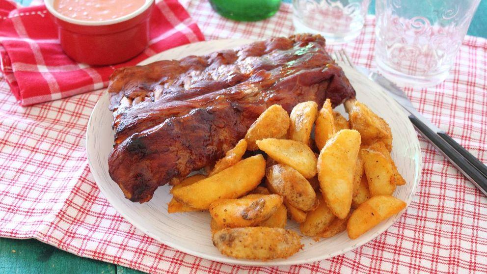 Costillas de cerdo al horno: un 'romance' clásico entre carne y patatas