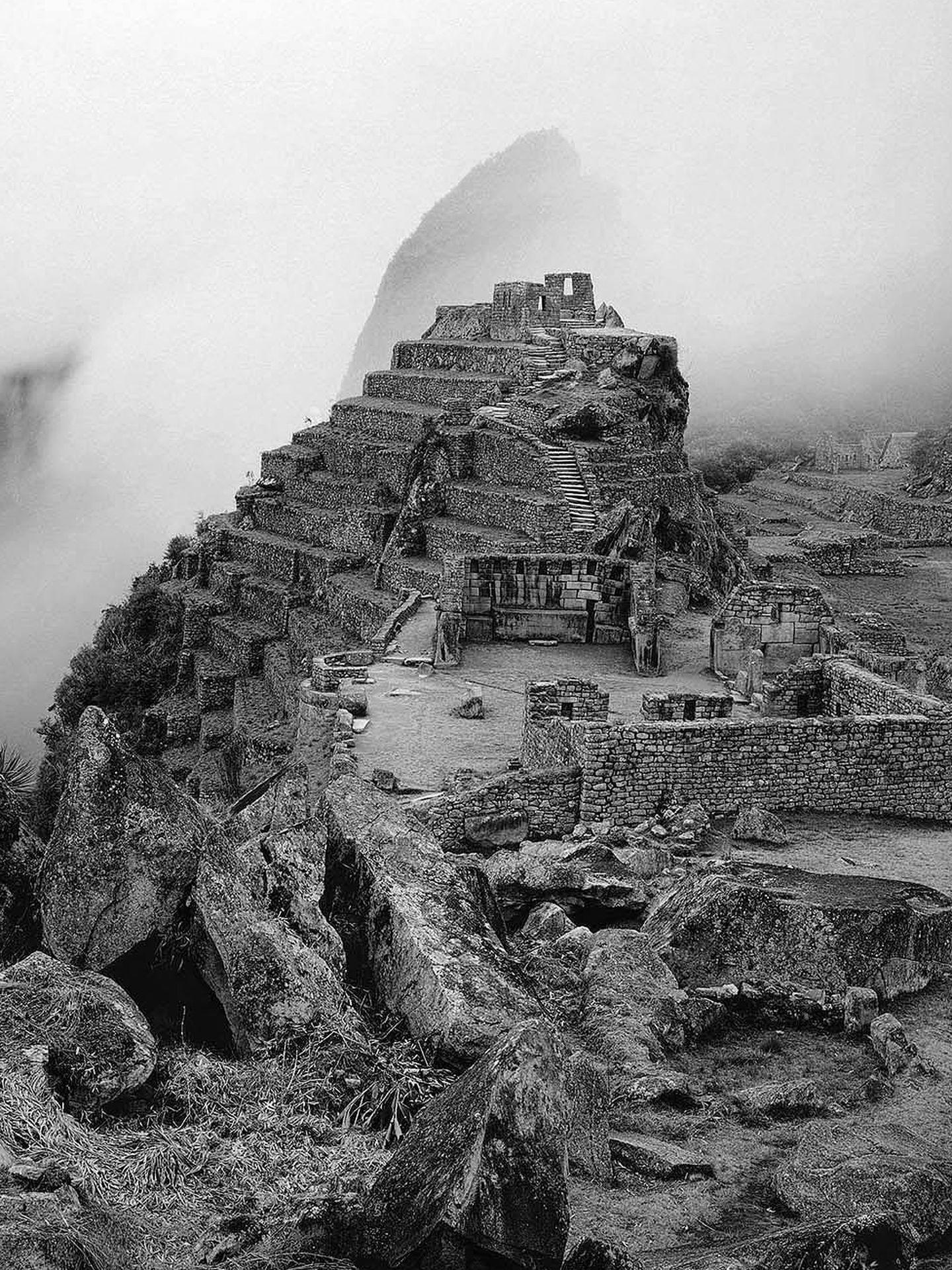 (((ACOMPAÑA CRÓNICA PERÚ-MACHU PICCHU ))) LIM04. LIMA (PERÚ), 26/06/2011.- Fotografía de Linda Connor (New York, 1944), Machu Picchu Perú, 1984, cedida por el Instituto Cultural Peruano Norteamericano (ICPNA), que forma parte de la exposición fotográfica 'Visiones de Machu Picchu' que se presenta en el ICPNA en Lima hasta el 14 de agosto. Aunque el norteamericano Hiram Bingham se ha llevado la gloria mundial por haber 'descubierto' la ciudadela inca de Machu Picchu, todas las evidencias históricas apuntan a que este famoso sitio arqueológico nunca estuvo perdido. EFE/Instituto Cultural Peruano Norteamericano (ICPNA)/SOLO USO EDITORIAL