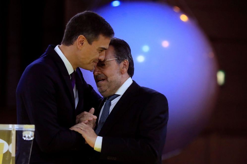 Foto: Pedro Sánchez, junto con el presidente de la ONCE, Miguel Carballeda, el pasado 15 de diciembre en Ifema, en Madrid. (EFE)