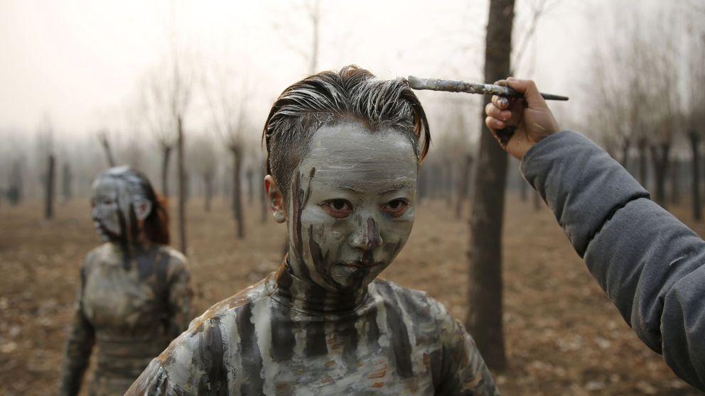 Liu Bolin, el hombre invisible, camufla a sus modelos en plena contaminación china