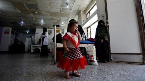 Una niña yemení llora mientras su madre espera recibir atención médica