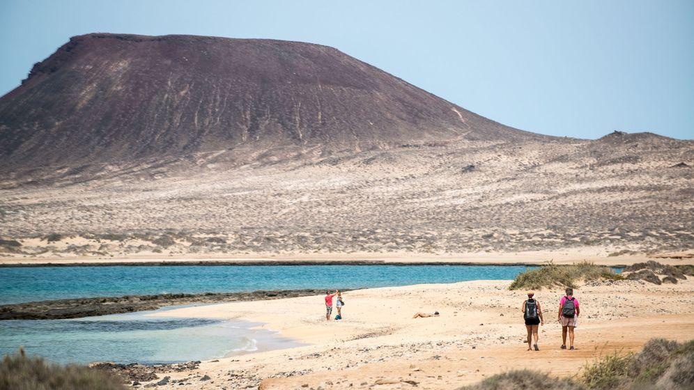 Foto: Dos parejas pasean por la isla de La Graciosa. (EFE)