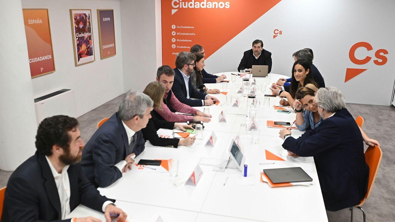 Otra de las reuniones de la gestora con Betancor, en la sede del partido. (EFE)