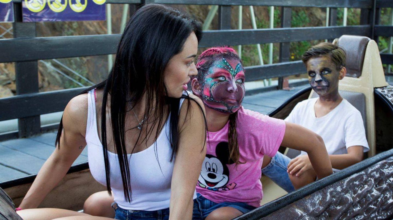 Franceska con su hija y un amigo. (Mediapro)