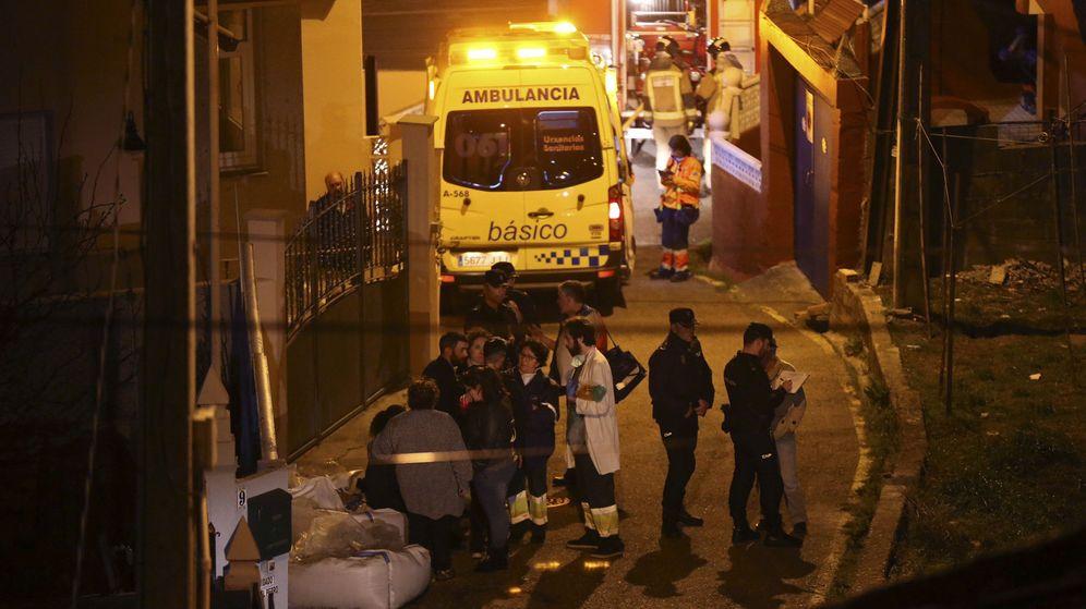 Foto: Los servicios de emergencia en Chapela. (EFE)