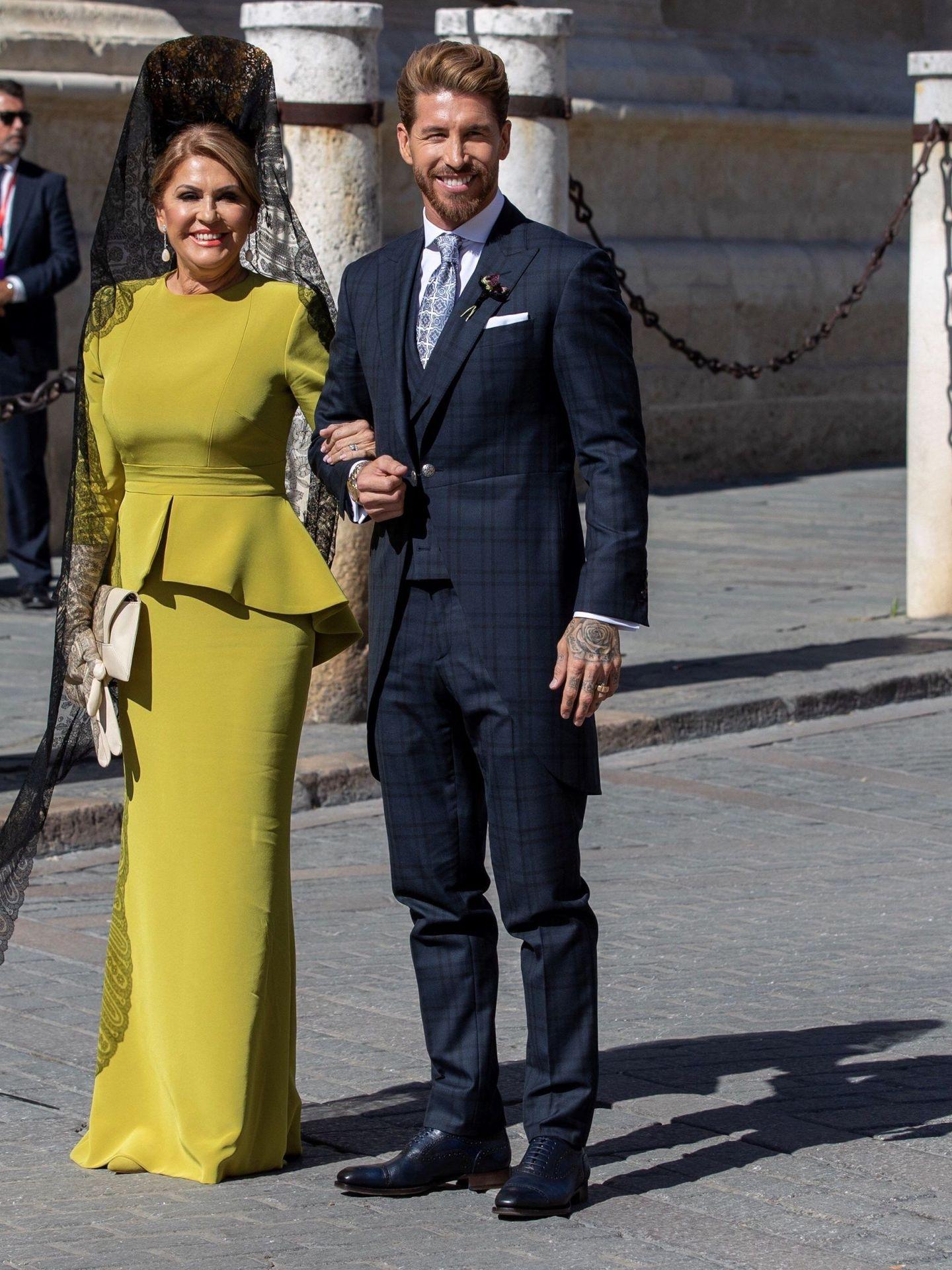 Sergio Ramos, junto a su madre, a su llegada a la Catedral de Sevilla. (EFE)