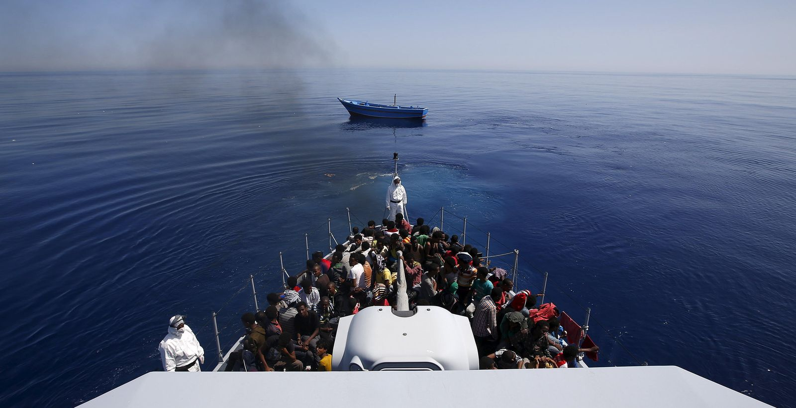Foto: 300 subsaharianos en un barco de la Guardia di Finanza italiana. (Reuters)