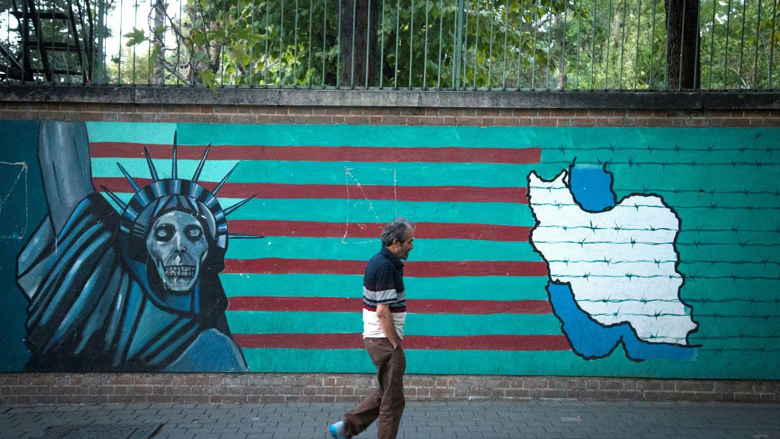 Foto: Un hombre pasa por delante de un mural antiamericano en Teherán, en octubre de 2017. (Reuters)