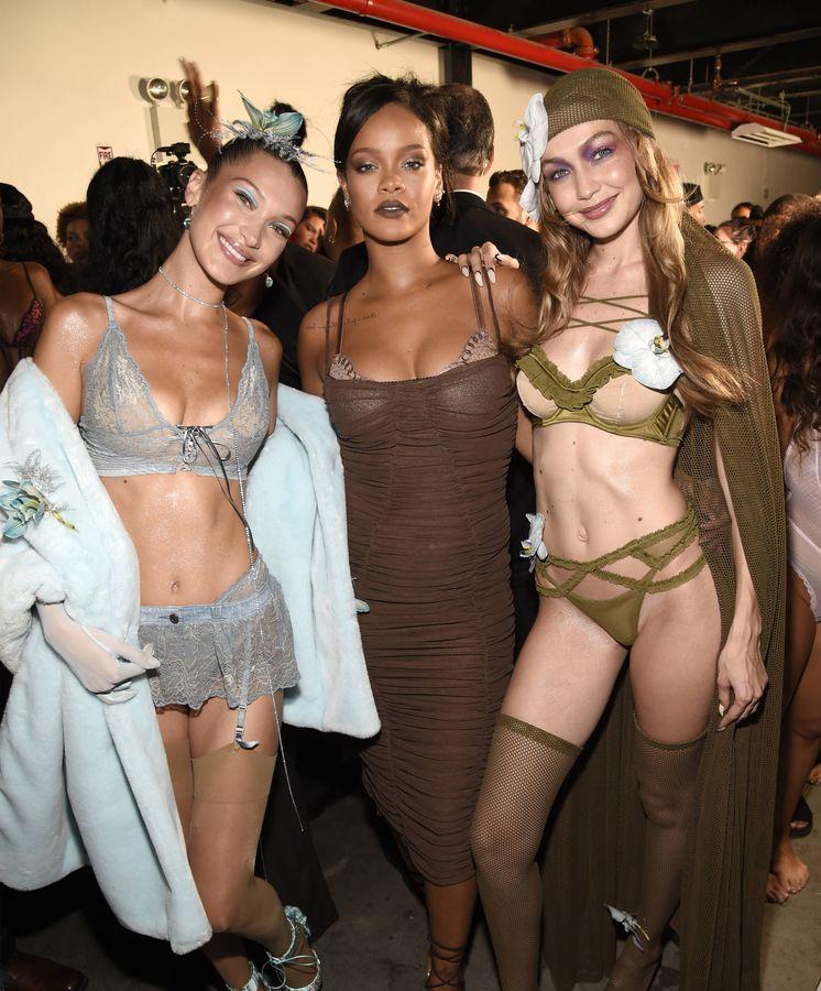 Foto: Bella Hadid, Rihanna y Gigi Hadid durante el desfile de Fenty en Nueva York. (Getty)