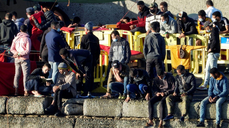 Instantánea de la situación en el puerto de Arguineguín, al mediodía, el sábado. (EFE)