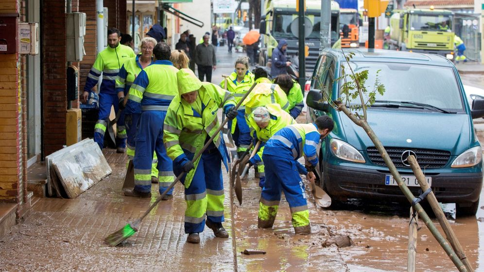 Foto: Operarios de limpieza de Málaga en la tromba de agua del pasado mes de enero en la barriada malagueña de Campanillas. (EFE)