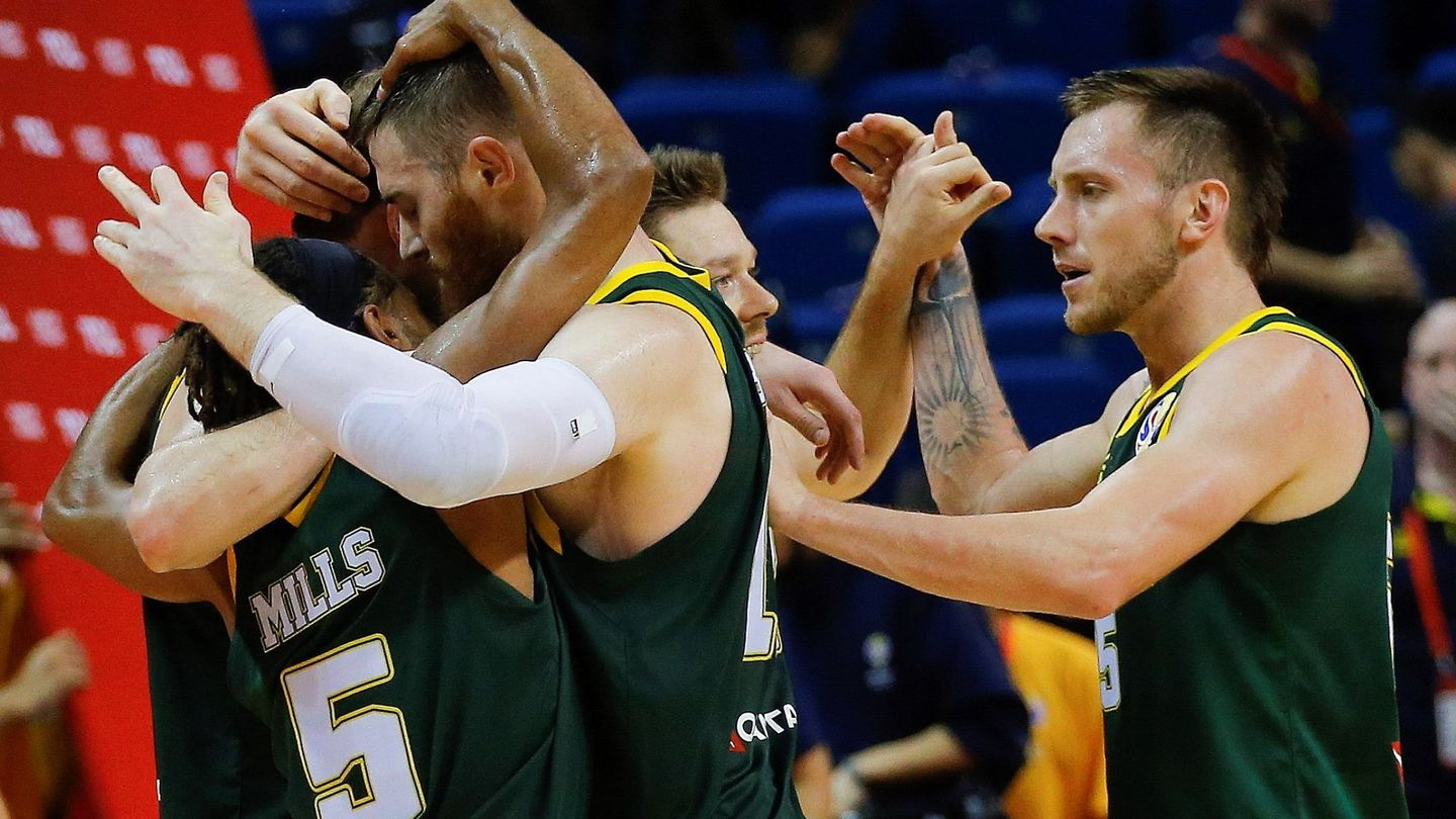 Nanjing (China), 09 09 2019.- Australia players celebrate during the FIBA Basketball World Cup 2019 second round group L match between France and Australia in Nanjing, China, 09 September 2019. (Baloncesto, Francia) EFE EPA FAZRY ISMAIL