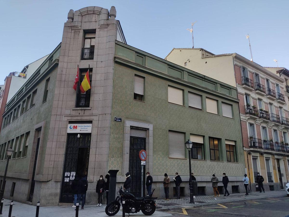 Foto: Cola a las puertas del Centro Sandoval.