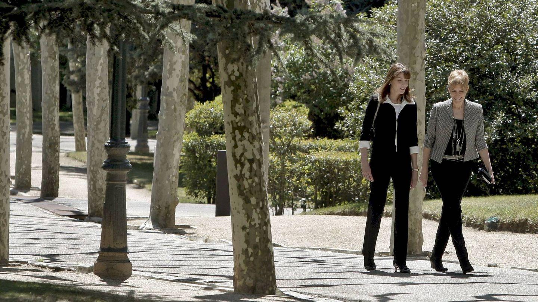 Carla Bruni y Sonsoles Espinosa pasean por los jardines de Moncloa, diseñados por Cecilio Rodríguez. (EFE)