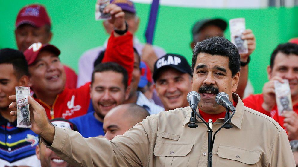 Foto: Nicolás Maduro sujeta un billete de 100 bolívares defendiendo su retirada en un mitin. (Reuters)