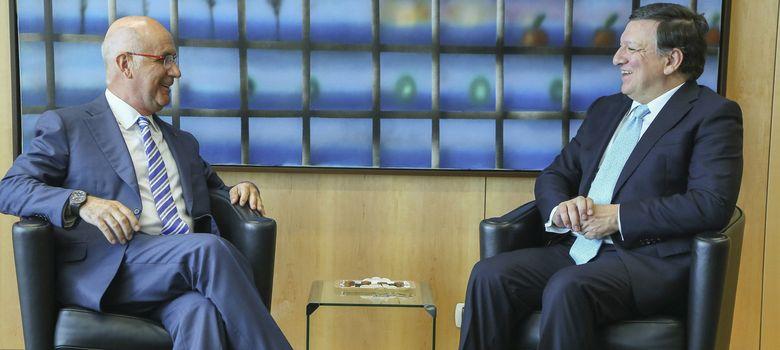 Foto: El portavoz de CiU en el Congreso, Duran i Lleida, conversa con el presidente de la CE, Durao barroso (Efe).