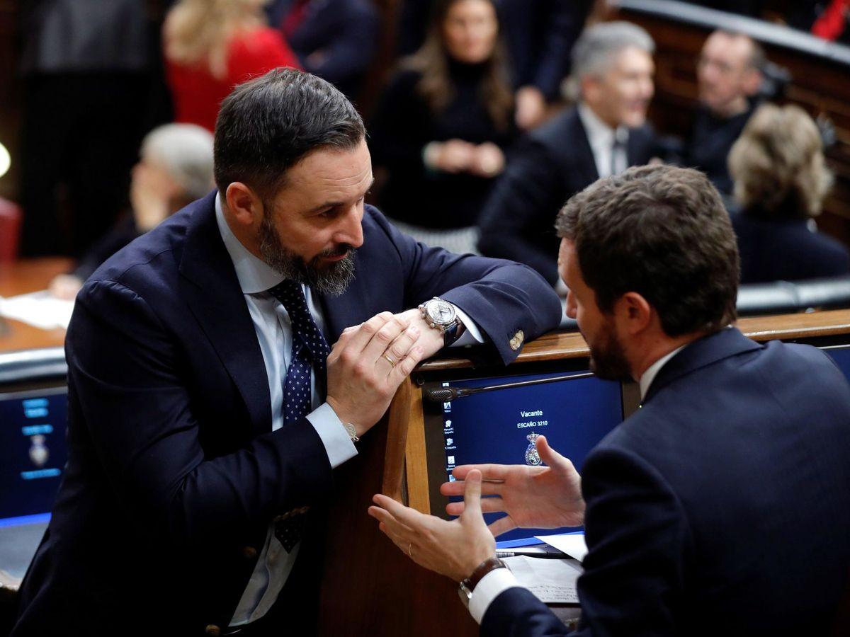 Foto: Santiago Abascal charla con Pablo Casado, este 3 de diciembre en la sesión constitutiva del Congreso de esta XIV Legislatura. (EFE)