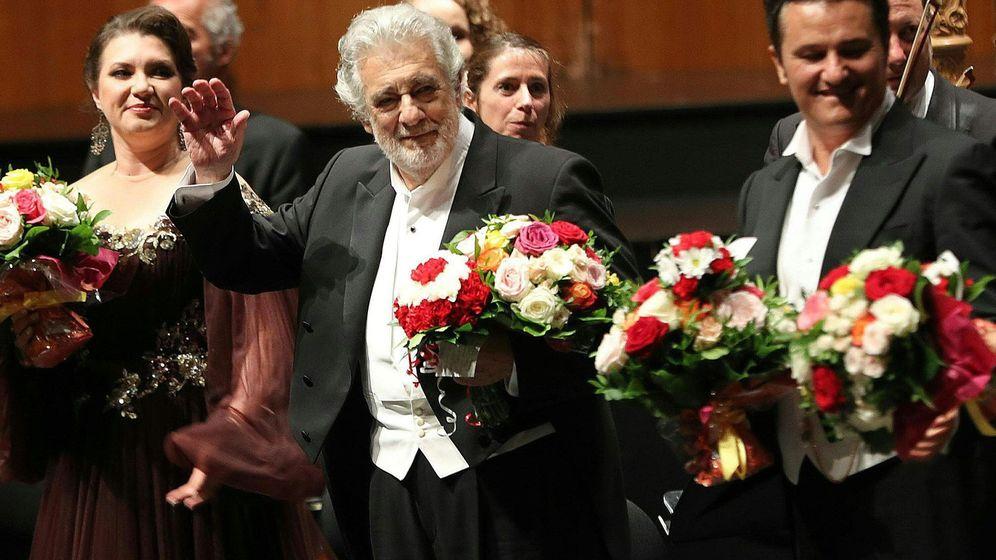 Foto: El tenor Plácido Domingo (c) ha sido aplaudido, junto al resto del reparto, por parte del auditorio del Festival de Salzburgo. (EFE)