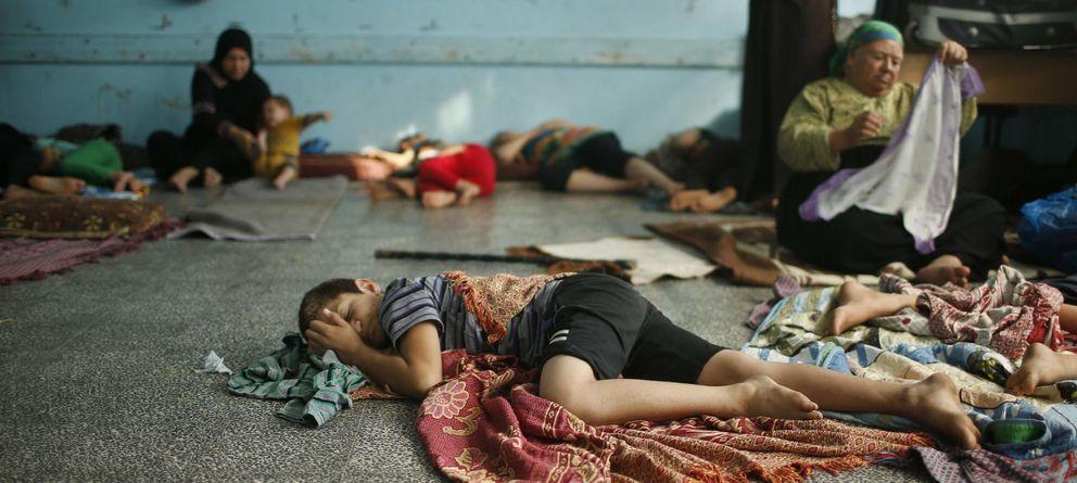 Foto: Un niño palestino que huyó de su casa en Beit Lahiya, en la frontera, duerme en una escuela de la ONU en Ciudad de Gaza (Reuters).