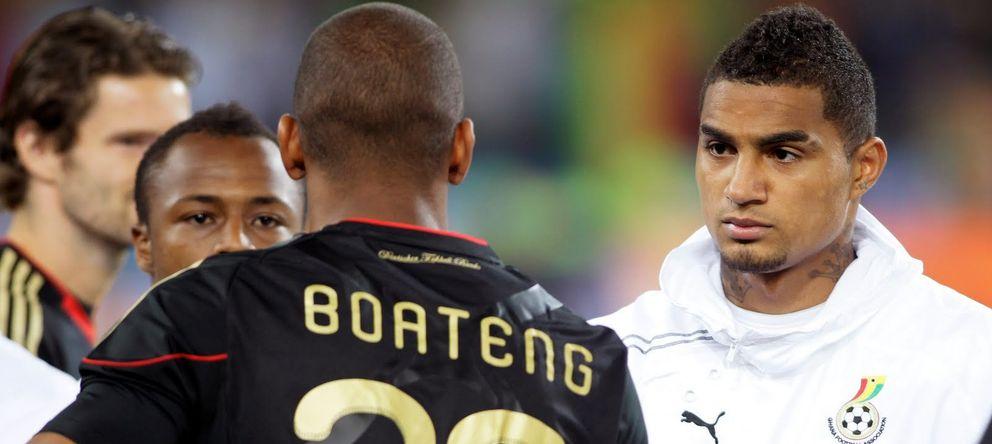 Foto: Jerome Boateng (de espaldas) y Kevin-Prince, se saludan en el Mundial de Sudáfrica 2010.