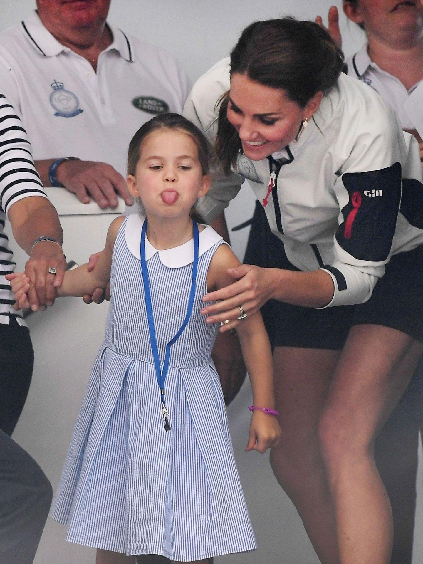 La princesa Charlotte, con Kate Middleton. (EFE)