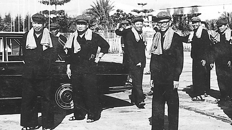 Los líderes de los Jemeres Rojos de Camboya en 1975: Pol Pot, Noun Chea, Leng Sary, Son Sen y otros seguidores. (Reuters)