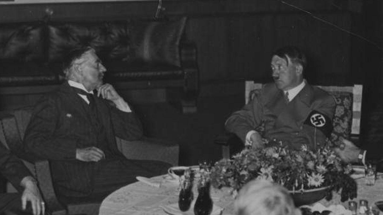 Neville Chamberlain, reunido con Adolf Hitler en 1938