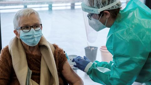 Una sola dosis de la vacuna puede favorecer mutaciones, según alerta un epidemiólogo