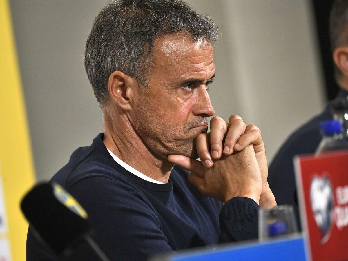 Foto: Luis Enrique durante una conferencia de prensa con gesto serio. (EFE)