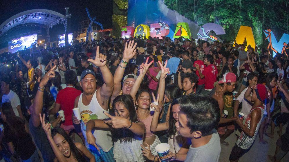 Foto:  Multitud de turistas bailan durante una fiesta en Boracay, en octubre de 2018. (EFE)