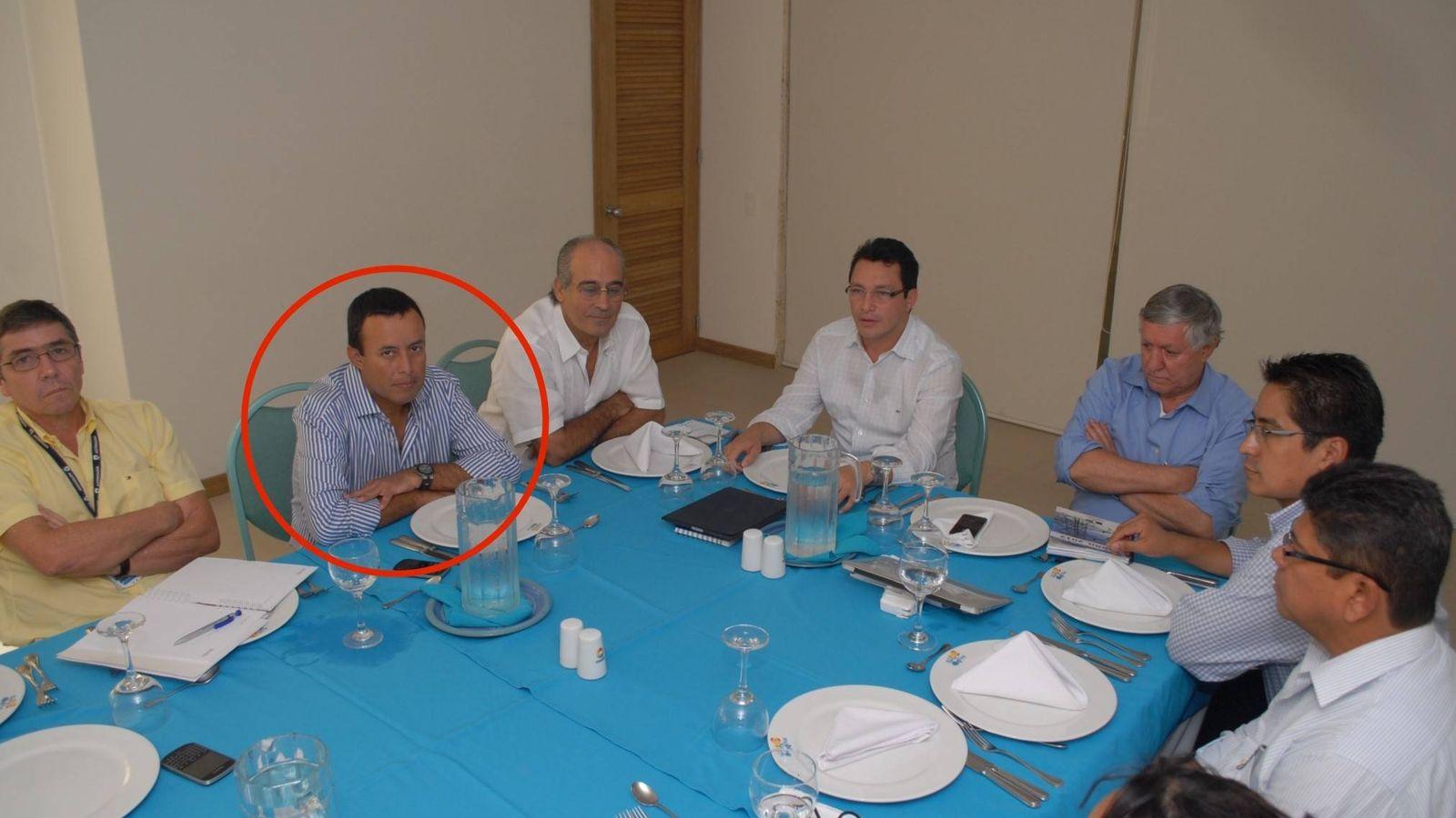 Foto: Diego García Arias, con un círculo. A su derecha, Edmundo Rodríguez Sobrino, expresidente de Inassa. ('En Blanco y Negro')