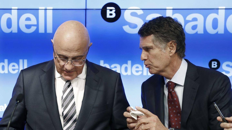 El presidente del Banco Sabadell, Josep Oliu (i), y el consejero delegado, Jaume Guardiola. (EFE)