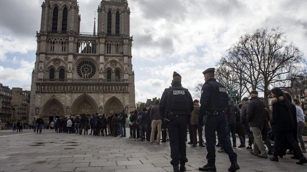 Foto: Decenas de turistas esperan a entrar a la Catedral de Notre Dame de París. (Reuters)