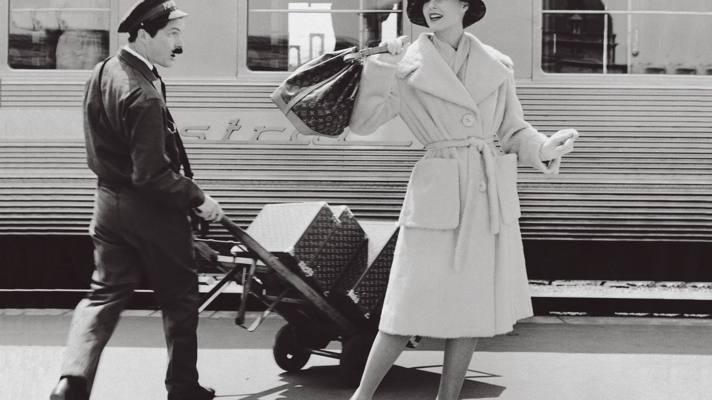 Señora con abrigo de lana y bolso Noé fotografiada por Seeberger en 1960. (Imagen: Cortesía Louis Vuitton)