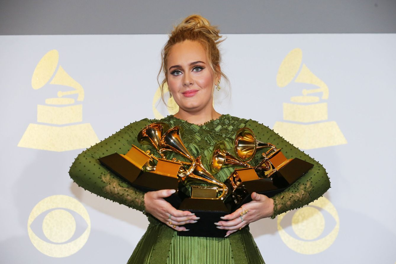 Foto: Adele acuna sus cinco grammys (Gtres)