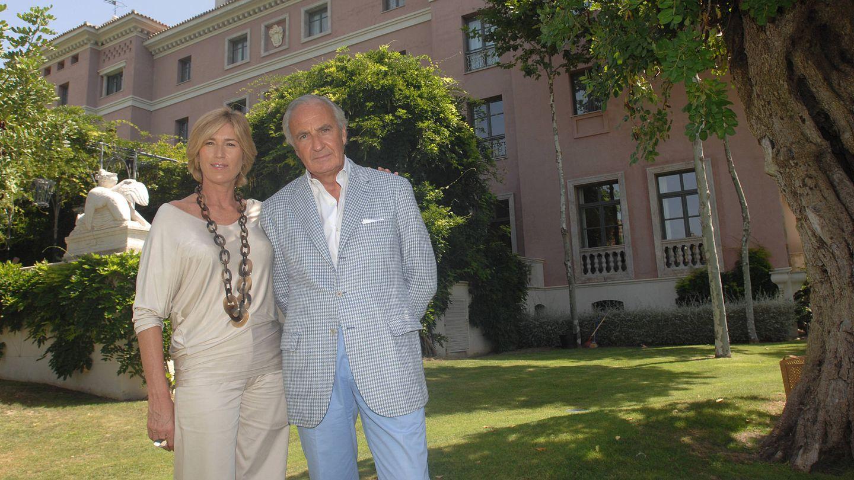 El matrimonio a las puertas del hotel Villapadierna. (Gtres)