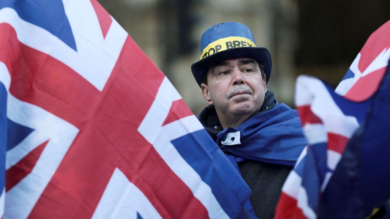 Foto: Un manifestante contrario al Brexit se manifiesta frente al Parlamento en Londres durante la votación, el 13 de diciembre de 2017. (Reuters)